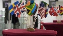 Flaggen auf Stehtisch