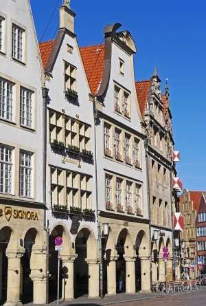 Häuserfront mit Bogengang in Münster