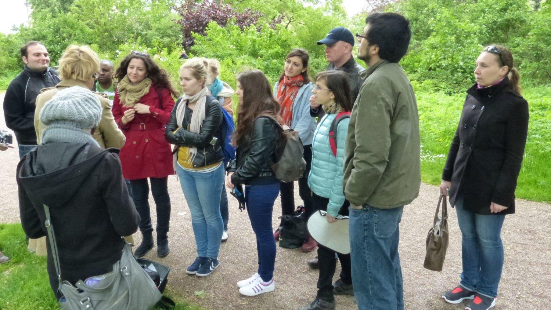 Stipendiaten bei Stadtführung iim Weimarer Park an der Ilm