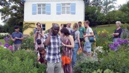Stipendiaten im Garten des Münter-Hauses in Murnau