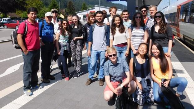 Gruppenfoto am Bahnsteig
