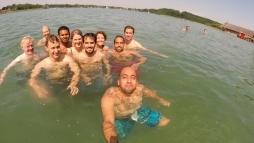 Stipendiaten baden im Chiemsee