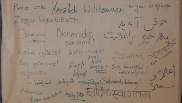 Plakat mit Herzlich Willkommen in vielen Sprachen