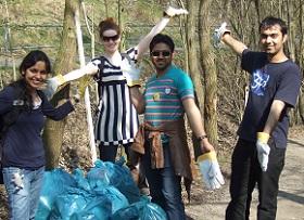 Stipendiaten bei einer Müllsammelaktion der Stadt Aachen