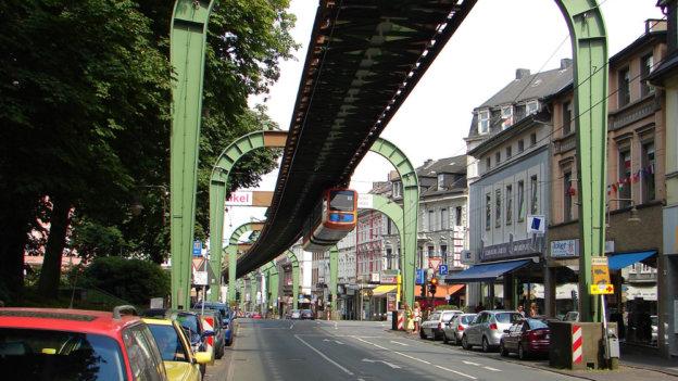 Schwebebahnschienen über der Straße in Wuppertal