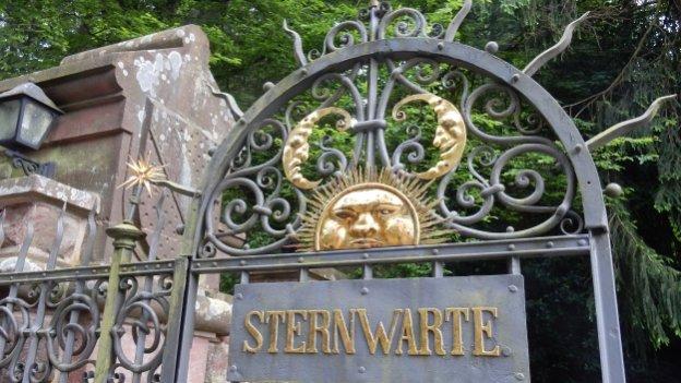 Gusseisernes Tor der Sternwarte Heidelberg mit Abbildung von Sonne und Mond