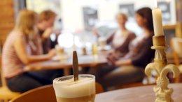 Studierende im Café