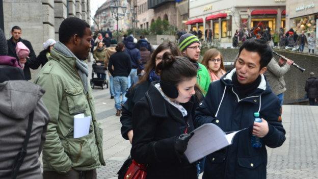 Eine Gruppe von DAAD-Stipendiaten spaziert durch die Innstadt Nürnbergs. Sie unterhalten sich angeregt.